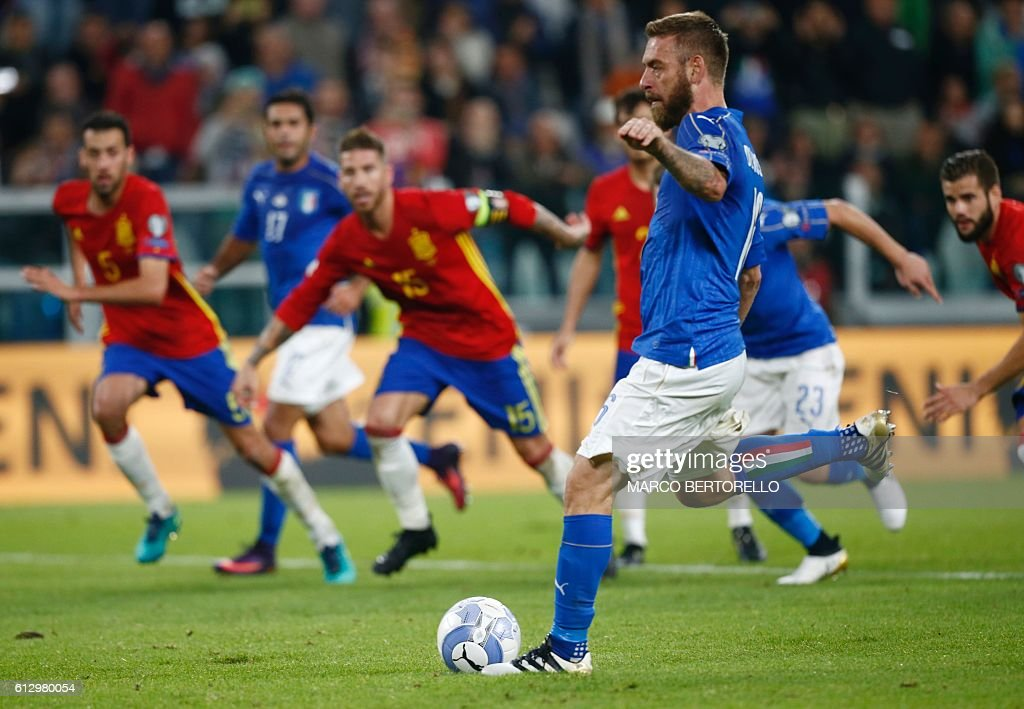 Italy's midfielder Daniele De Rossi scores a penalty during the WC 2018 football qualification match between Italy and Spain on October 6, 2016 at the Juventus stadium in Turin / AFP / Marco BERTORELLO
