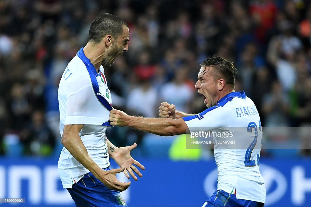 TOPSHOT - Italy's midfielder Emanuele Giaccherini (R) celebrates with Italy's defender Leonardo Bonucci after scoring during the Euro 2016 group E football match between Belgium and Italy at the Parc Olympique Lyonnais stadium in Lyon on June 13, 2016. / AFP / EMMANUEL