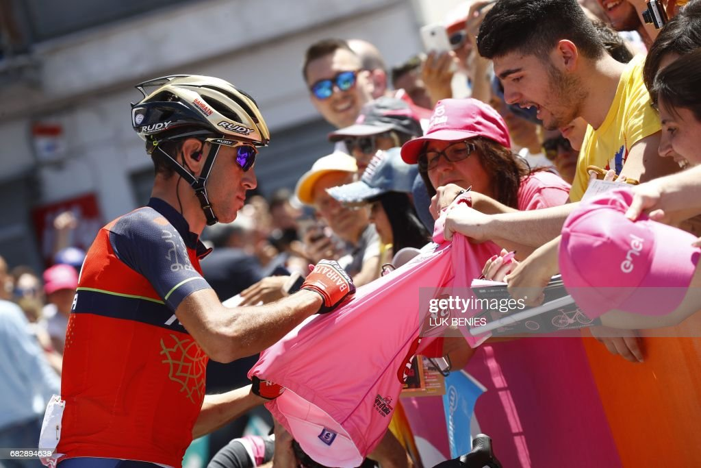 Italy's rider of team Bahrain - Merida Vincenzo Nibali signs autographs before the start of the 9th stage of the 100th Giro d'Italia, Tour of Italy, cycling race from Montenero di Bisaccia to Blockhaus on May 14, 2017. / AFP PHOTO / Luk BENIES
