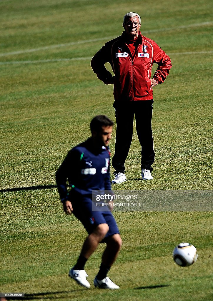 Italy's soccer team coach Marcello Lippi (R) looks at forward Giuseppe Rossi during a training session in Sestriere on May 25, 2010. Italian team started today a retreat in the mountains of Sestriere before the FIFA World Cup 2010 in South Africa .AFP PHOTO / Filippo MONTEFORTE