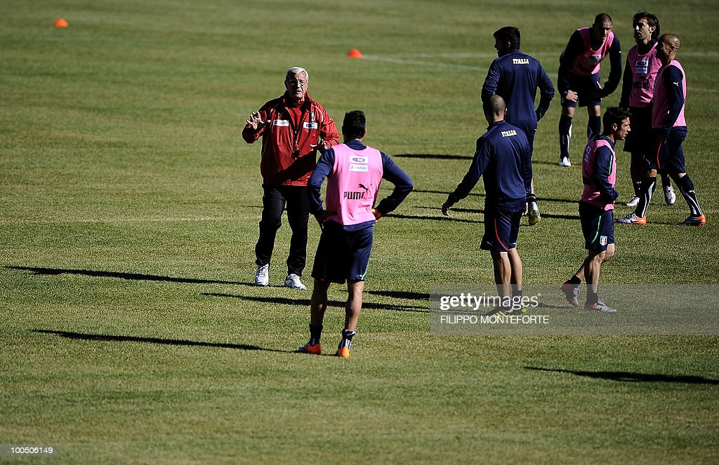 Italy's soccer team coach Marcello Lippi (L) talks to his players during training session in Sestriere on May 25, 2010. The Italian team started today a retreat in the mountains of Sestriere before the FIFA World Cup 2010 in South Africa .AFP PHOTO / Filippo MONTEFORTE