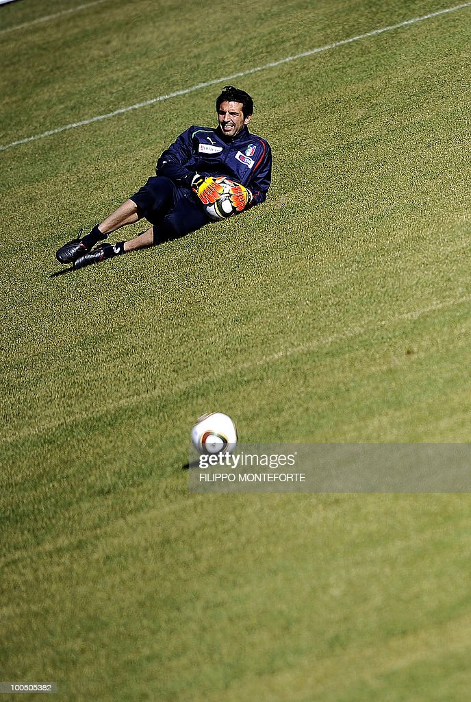 Italy's soccer team goalkeeper Gianluigi Buffon looks on during a training session in Sestriere on May 25, 2010. The Italian team started a retreat in the mountains of Sestriere before the FIFA World Cup 2010 in South Africa .AFP PHOTO / Filippo MONTEFORTE