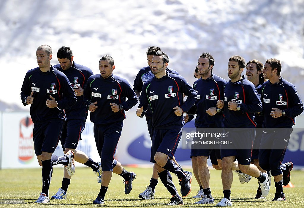 Italy's soccer team's players run during a training session in Sestriere on May 25, 2010. The Italian team started today a retreat in the mountains of Sestriere before the FIFA World Cup 2010 in South Africa. AFP PHOTO / Filippo MONTEFORTE