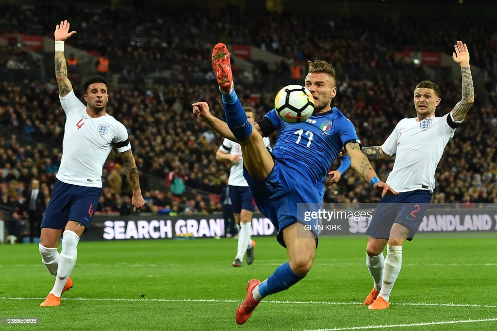 TOPSHOT - Italy's striker Ciro Immobile (C) fails to control the ball during the International friendly football match between England and Italy at Wembley stadium in London on March 27, 2018. / AFP PHOTO / Glyn KIRK