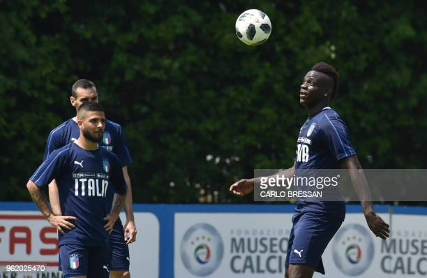 Italy's striker Mario Balotelli and Italy's forward Lorenzo Insigne take part in a training session on May 24, 2018 at Coverciano's training camp...