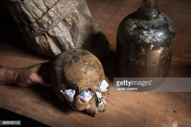 items used for real life sorcery and witch craft. - mago imagens e fotografias de stock