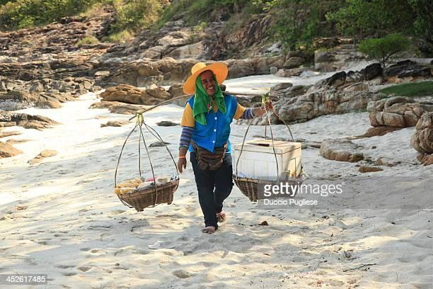 Itinerant seller of cold coconut and fresh fruits. Ko Samet beach. Samet Island, Thailand La signora raggiunge le diverse spiagge dell'Isola di Ko...