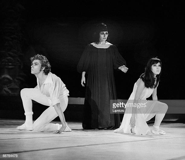 Itomi Asakawa Jorge Donn in Romeo and Juliette Hector Berlioz's music Choreography of Maurice Bejart Ballets Bejart Paris Palais des Sports December...