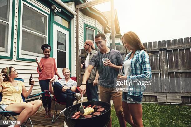 裏庭バーベキューだし、誰もが招待 - バーベキュー料理 ストックフォトと画像