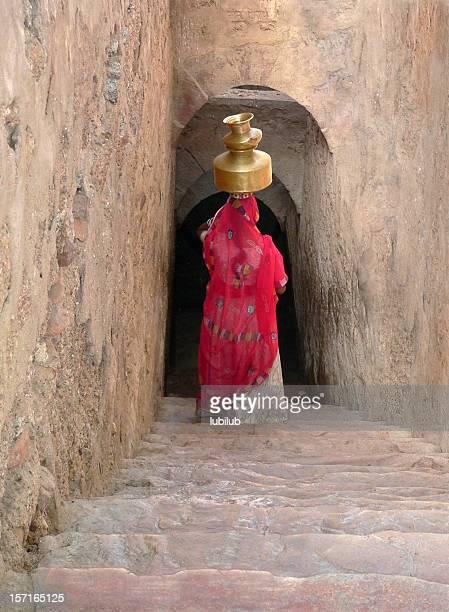 Es geht um balance-Frau mit waterjar in Rajasthan, Indien