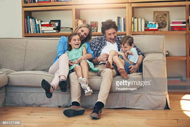 é tudo diversão e jogos, quando eles têm tempo para a família - fazendo cócegas - fotografias e filmes do acervo