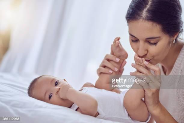 Il est presque impossible de résister à embrasser les pieds de bébé mignon