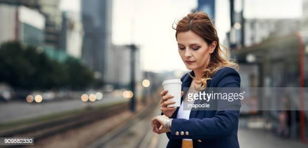 het is bijna tijd voor de trein te komen - tijd stockfoto's en -beelden