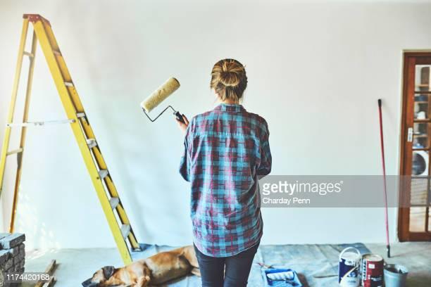 es ist immer eine gute zeit, um neu zu malen - renovierung themengebiet stock-fotos und bilder