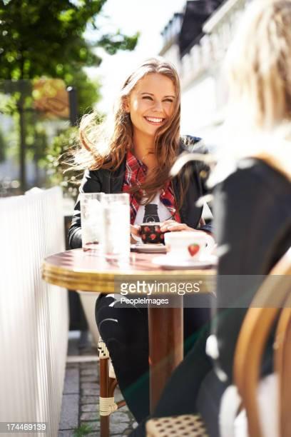 elle a été âges, il est tellement bon se retrouver ! - terrasse de café photos et images de collection
