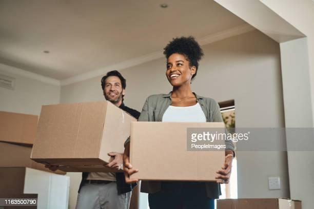 é exactamente a casa que sonharam. - on the move - fotografias e filmes do acervo
