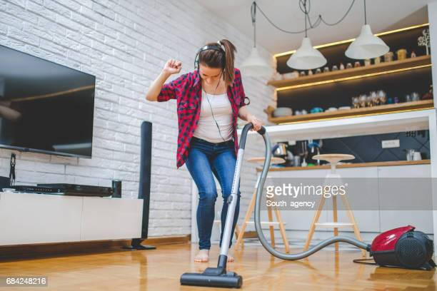 it's hard not to dance - tv housewife stock photos and pictures