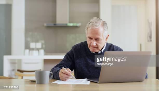 nunca é tarde demais para começar a tomar melhores decisões financeiras - preencher um formulário - fotografias e filmes do acervo