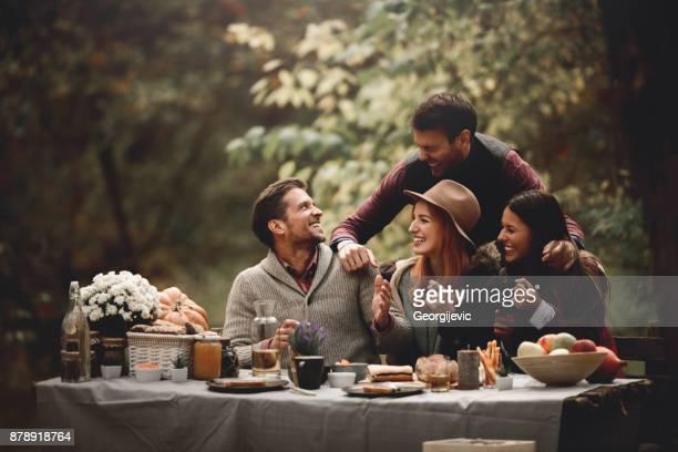 it's picnic time - amicizia foto e immagini stock