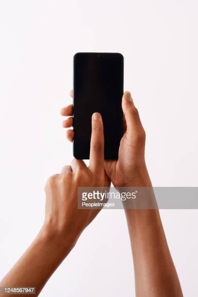 het is echt zo makkelijk aan te melden! - black hand holding phone stockfoto's en -beelden
