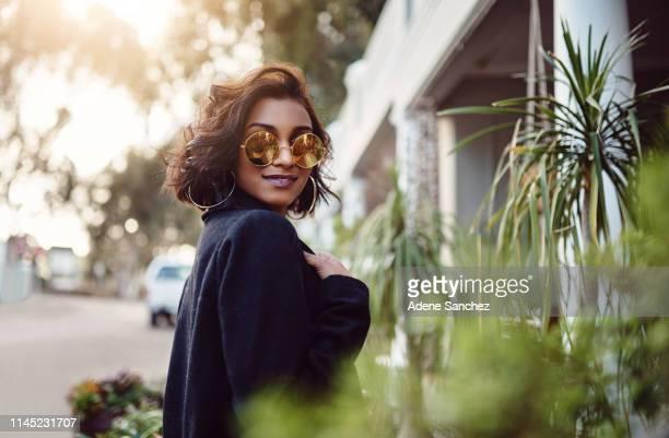 es macht so viel spaß, einfach nur du selbst zu sein - sunglasses stock-fotos und bilder