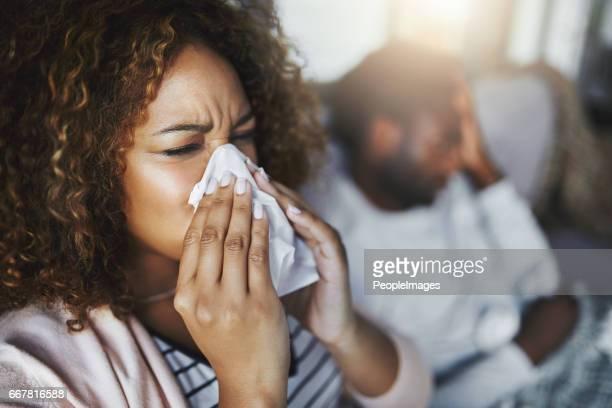 c'est la hauteur de la saison des rhumes et grippe - handkerchief photos et images de collection