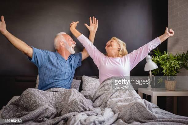 il est temps de se réveiller - couple au lit photos et images de collection
