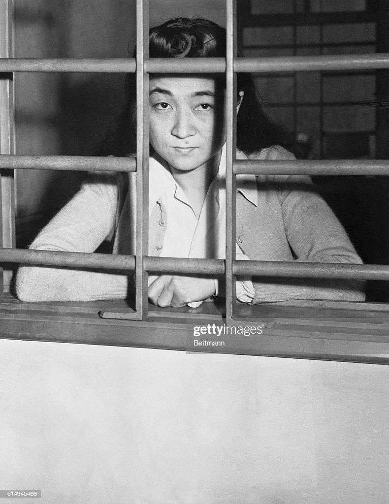 Iva Toguri Sitting Behind Bars in Jail : Nachrichtenfoto