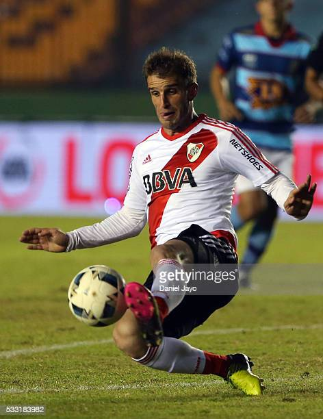 Ivan Alonso of River Plate plays the ball during a match between Arsenal FC and River Plate as part of round 16 of Torneo Transicion 2016 at Julio...