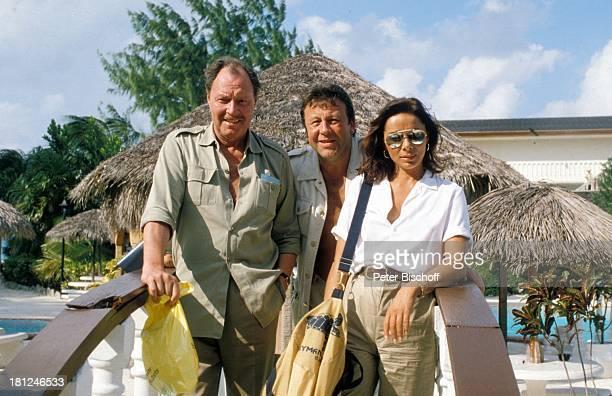 Ivan Desny Günter Lamprecht Monika Peitsch neben den Dreharbeiten zur ZDFReihe Traumschiff Folge 2 3 Karibik/Bahamas Gelaender Tasche Sonnenbrille...