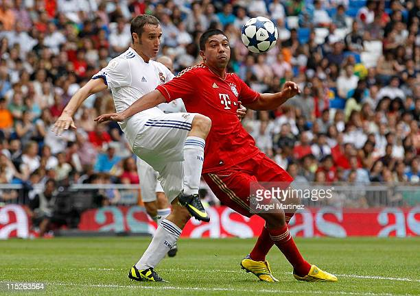 Ivan Helguera of Real Madrid duels for the ball with Giovane Elber of Bayern Muenchen during the Corazon Classic Match between Allstars Real Madrid...
