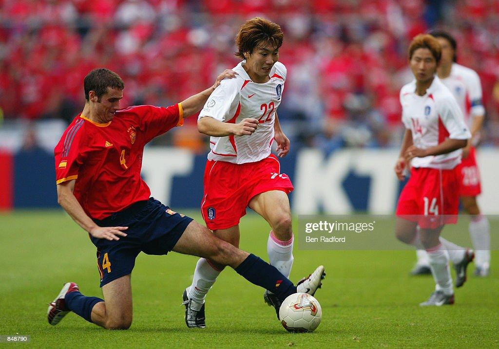Ivan Helguera of Spain and Chong Gug Song of South Korea : ニュース写真