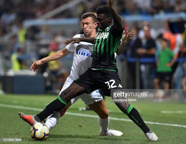Ivan Perisic of FC Internazionale and Alfred Duncan of US Sassuolo fight for the ball during the Serie A match between US Sassuolo and FC...