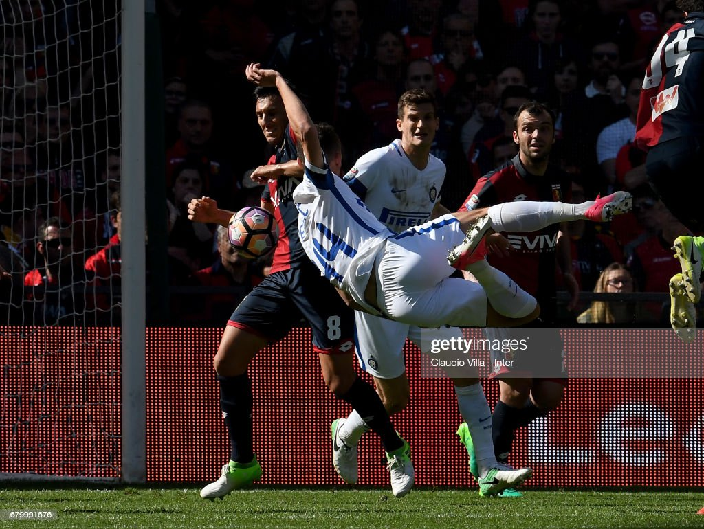 Ivan Perisic of FC Internazionale (R) and Nicolas Burdisso of Genoa CFC compete for the ball during the Serie A match between Genoa CFC and FC Internazionale at Stadio Luigi Ferraris on May 7, 2017 in Genoa, Italy.