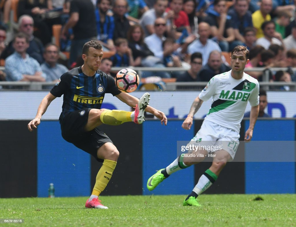 Ivan Perisic of FC Internazionale (L) competes for the ball with Pol Lirola of US Sassuolo during the Serie A match between FC Internazionale and US Sassuolo at Stadio Giuseppe Meazza on May 14, 2017 in Milan, Italy.
