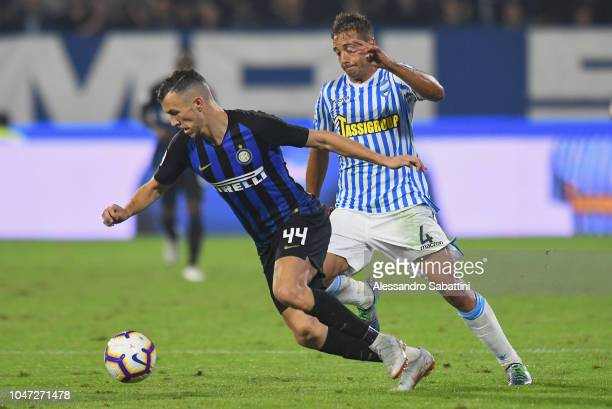 Ivan Perisic of FC Internazionale competes for the ball with Thiago Cionek of Spal during the Serie A match between SPAL and FC Internazionale at...