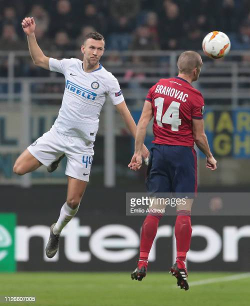 Ivan Perisic of FC Internazionale jumps for the ball against Srdjan Grahovac of SK Rapid Wien during the UEFA Europa League Round of 32 Second Leg...