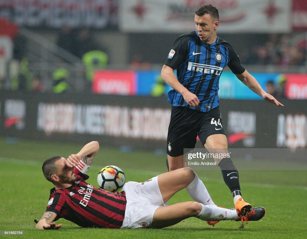 Ivan Perisic (R) of FC Internazionale Milano competes for the ball with Leonardo Bonucci of AC Milan during the serie A match between AC Milan and FC Internazionale at Stadio Giuseppe Meazza on April 4, 2018 in Milan, Italy.