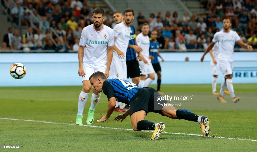 Ivan Perisic of FC Internazionale Milano scores his goal during the Serie A match between FC Internazionale and ACF Fiorentina at Stadio Giuseppe Meazza on August 20, 2017 in Milan, Italy.