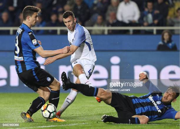 Ivan Perisic of FC Internazionale shoots and misses a chance on goal during the serie A match between Atalanta BC and FC Internazionale at Stadio...