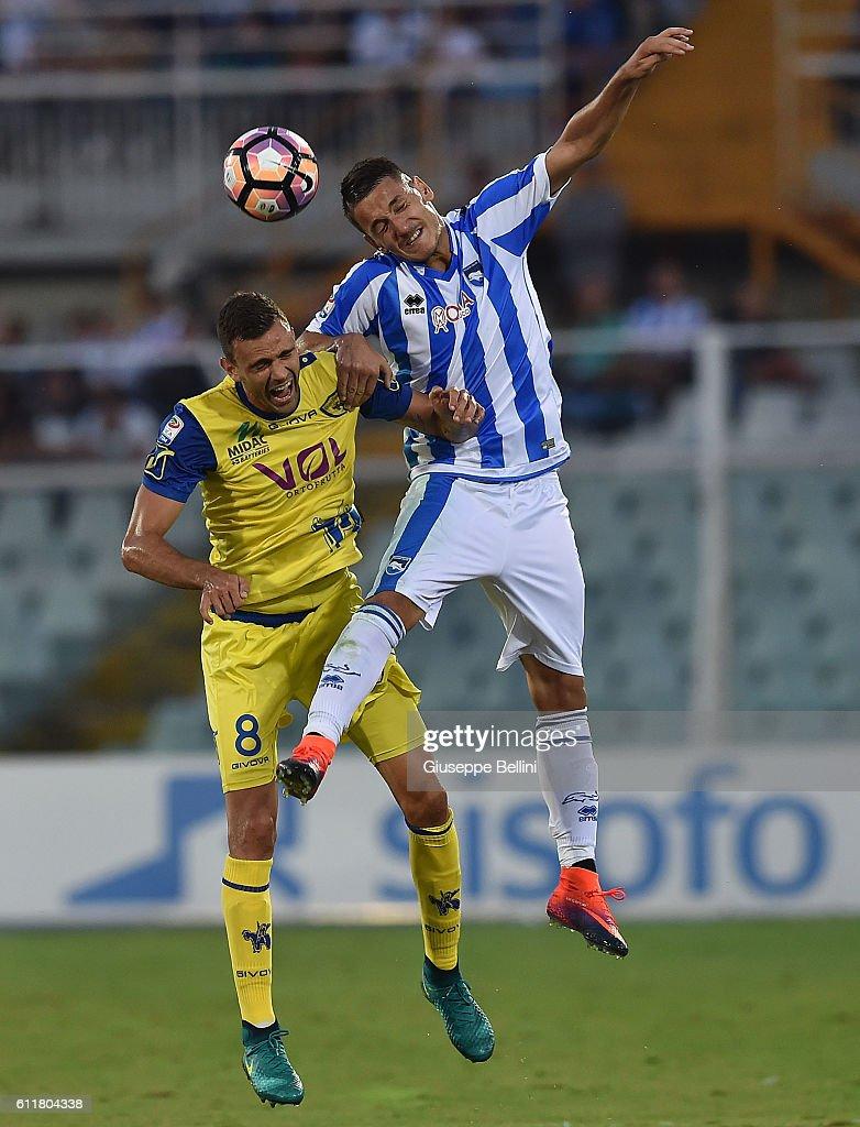 Ivan Radovanovic of AC Chievo Verona and Rey Manaj of Pescara Calcio in action during the Serie A match between Pescara Calcio and AC Chievo Verona at Adriatico Stadium on October 1, 2016 in Pescara, Italy.
