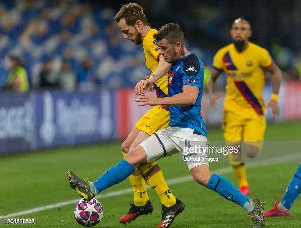 Ivan Rakitic of FC Barcelona and Diego Demme of SSC Neapel battle for the ball during the UEFA Champions League round of 16 first leg match between...
