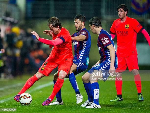 Ivan Rakitic of FC Barcelona duels for the ball with Didac Vila of SD Eibar during the La Liga match between SD Eibar and FC Barcelona at Ipurua...