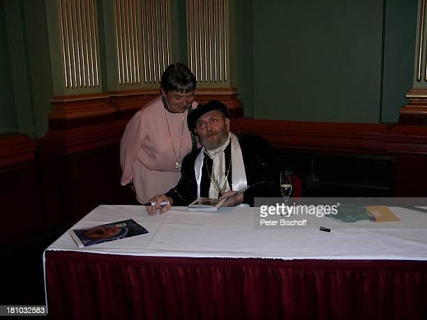 Ivan Rebroff Barbara Zähler Sydney/Australien Tournee Fan Autogramm geben Glas Getränk Kostüm Sekt Mütze Promis Prominenter Prominente