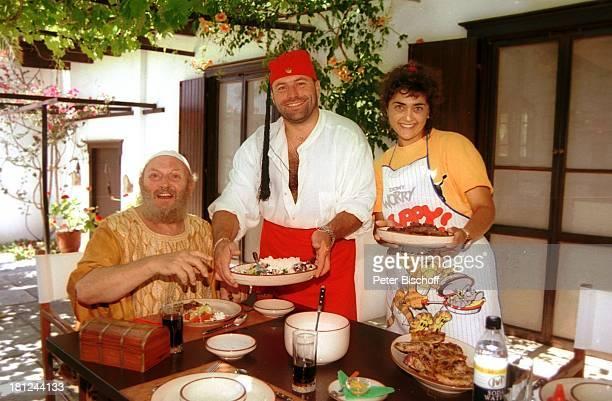 Ivan Rebroff Hausverwalter Dora und Bobko Lipov Insel Skopelos/Griechenland Sänger essen Fleisch Speisen Teller Schüssel Glas Getränk