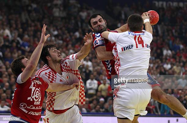 Ivan STANKOVIC gegen Drago VUKOVIC , links Rastko STOJKOVIC hält Domagoj DUVNJAK Handball Männer Europameisterschaft 2012 Halbfinale : Serbien -...