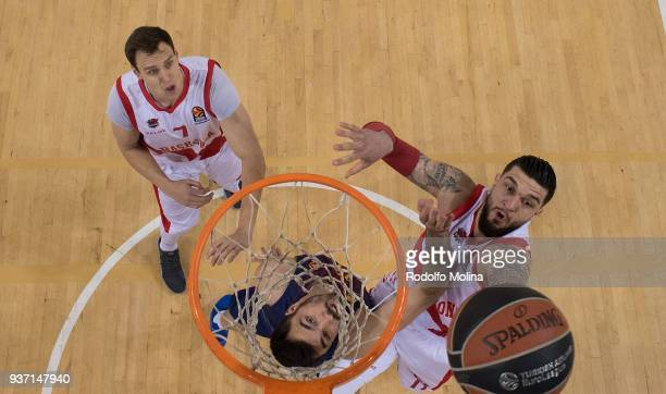 iVincent Poirier #17 of Baskonia Vitoria Gasteiz competes with Pierre Oriola #18 of FC Barcelona Lassa during the 2017/2018 Turkish Airlines...