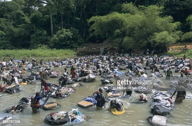 IVOIREABIDJANDans la baie du BANCO langue lagunaire entre le Plateau et Abobo le spectacle fantastique de laveurs de linge installs sur des vieux...