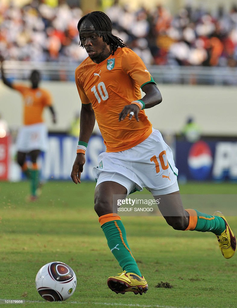 Ivorian forward Gervais Kouassi Gervinho controls the ball on January 11, 2010 during their group stage match at the African Cup of Nations CAN2010 against Burkina Faso at the Chiazi stadium, in Cabinda.