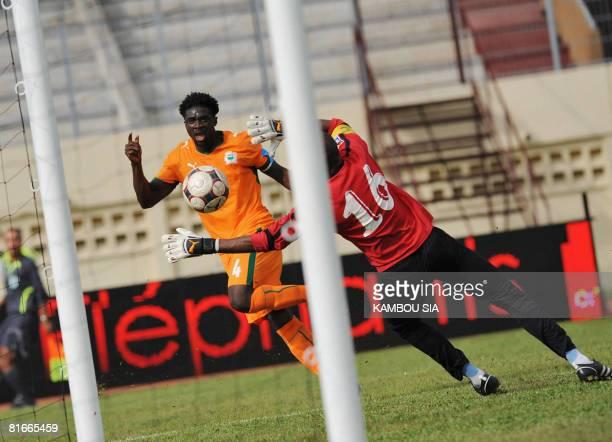 Ivory Coast's Kolo Abib Toure faces Botswana's goalkeeper Modiri Marumo on June 22 2008 at Houphouet Boigny's stadium in Abidjan during their 2010...